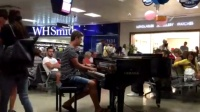 美国小伙即兴演奏《加勒比海盗》 购物广场秒变音乐大厅