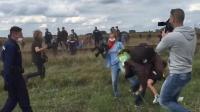 女记者故意伸脚将难民连小孩一起绊倒,随后被开除!