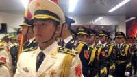 外国记者央视春晚遇中国三军仪仗队 激动到变哑巴!