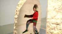艺术家把自己关在石头里待 天 吃喝拉撒全在里面