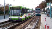 公交车跑上铁路,一跑20年,时速90公里,英国剑桥就有