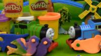 托马斯小火车和培西大玩彩泥制作