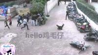 国外小区, 小伙感觉站不稳, 监控拍下强烈地震画面!