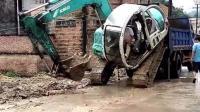 小伙开挖机上拖车, 把老司机急的下车指挥!
