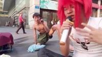 杀马特小哥街头卖唱帮助残疾人乞讨, 唱歌还挺好听!
