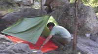 夏季近郊露营没有帐篷怎么办? 看驴友用绳子搭一个极简帐篷, 一日一结户外实际应用