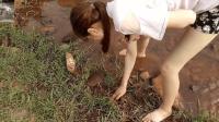 农村妹子在稻田边小溪里抓鱼, 不小心抓到其他的美味