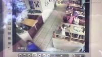 南非餐厅监控记录惊人一幕: 幼童用餐险被偷