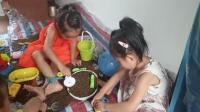 芭比娃娃和萌宝宝一起玩沙子 亲子游戏视频