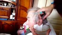 女子给老人清洁耳朵, 洗出一大坨黑乎乎的脏东西, 超大耳垢看着直反胃