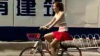 开宝马x6想在街上泡骑自行车美女, 结果让自己无地自容