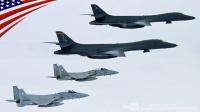 美国空军两架B-1B超音速战略轰炸机和日军两架F-15J战斗机-编队飞行