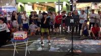 街拍美女: 街头艺人演唱《走天涯》