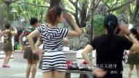 年轻女子喜欢跳广场舞, 扭腰摆手快乐舞蹈, 娱乐又健身