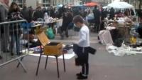 5岁小孩在街头模仿迈克, 舞姿引来一大波围观群众!