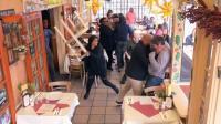 两男子餐厅闹事打架, 女孩劝架无果抄椅子放倒两人摆平场面, 吓坏围观者