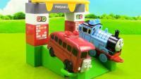 托马斯小火车和柏蒂巴士的站台玩具积木