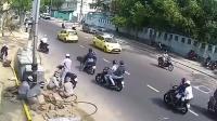 工人正在路边施工, 发生危险时, 他们的反应让我钦佩不已!