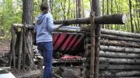 妹子丛林搭建完美的实木庇护所, 像这样的房产她有十几处