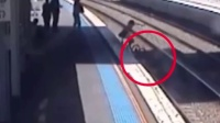 惊魂!婴儿车掉入铁轨 列车进站前被救出