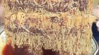 大毛小吃货: 小伙狂吃自制的香辣金针菇, 油滋滋的很过瘾!
