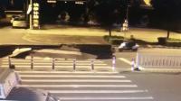 凌晨路面突现12米巨坑 男子路过连人带车掉进去