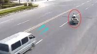【车祸】任性三轮车大爷随意变道, 他以为面包车不敢撞?