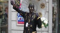 """清朝""""贝勒爷""""造访武汉光谷步行街, 引来行人围观"""