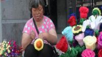 无指妈妈街头编织花, 筹钱为儿子养女治病