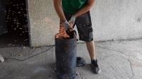 男子将铁桶切开, 折腾6小时, 成品让人很满意