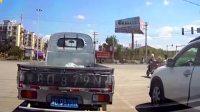 女司机在路口等红灯,发现旁边小货车不对劲,监控拍下无耻一幕