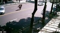 男子急刹车致前空翻 闯祸摩托车开溜