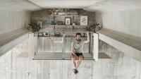 实现童年梦想 西班牙设计师在天桥底下打造了一个迷你工作室