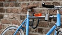 自行车锁没地方放, 妹子是这样做的