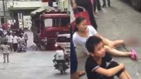 女童窜出马路被碾身亡 母亲硬是没拉住