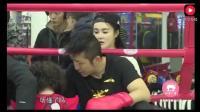 轩轩和邹市明在拳台上对抗, 被爸爸一拳打趴下了, 冉莹颖心疼死了