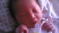 宝宝出生攥着小手, 护士使劲掰开竟掉出节育环, 太巧了
