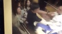 3女孩电梯内遭男子殴打  踹肚扯发撞门