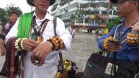 实拍中越边境口岸, 到处都是戴绿帽的越南小贩, 经常遭中国游客调戏