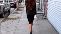 街拍美女黑色包臀裙搭配黑色高跟鞋加白色包包, 黑白经典搭配!