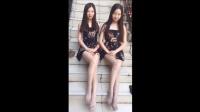 双胞胎姐妹花, 同样的连衣裙, 同样的灰丝袜