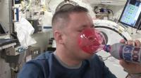 宇航员在太空中喝水, 瞬间被水团包围, 差点淹死!