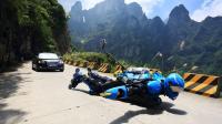 人肉滑板飞过全球最险公路, 身上安32个轮子, 比汽车还快