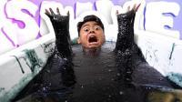 老外大胆跳进黑色史莱姆中洗澡, 头伸进去时我吐了!