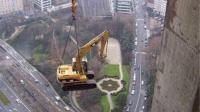 挖掘机高空作业, 并不是一般人能胜任的, 太惊险了