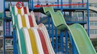 父亲带儿子去假的水上乐园玩水中滑道, 意外来的猝不及防, 看的很疼