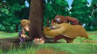老爸生病了, 可光头强还得完成砍树任务才能回家, 无奈他拿着水果讨好两头熊帮忙