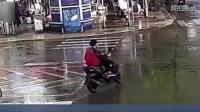 小伙闯红灯被撞360度翻转后完美落地, 场面堪称大片