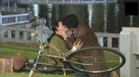小伙与女老师吻的缠绵不已, 扯衣宽带, 慢慢的草地上倒下了!