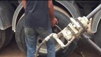 这种更换卡车轮胎的方法还是头一次见, 这技术一个月工资多高。